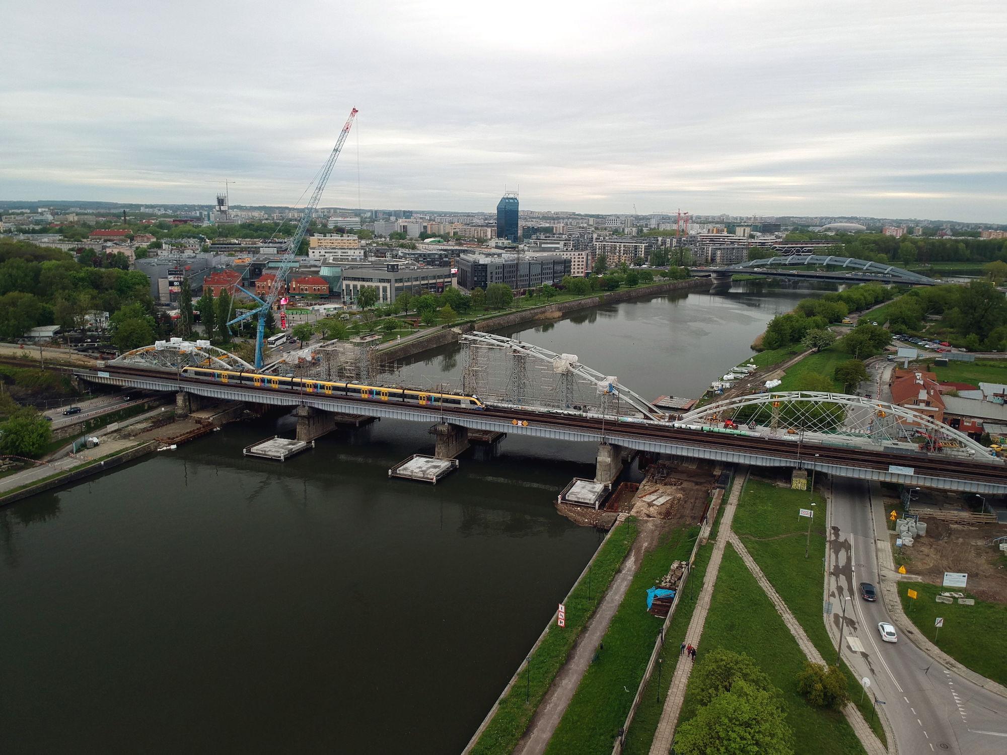 Zdjęcie pokazujące z powietrza budowę nowego mostu kolejowego na Wiśle w Krakowie.