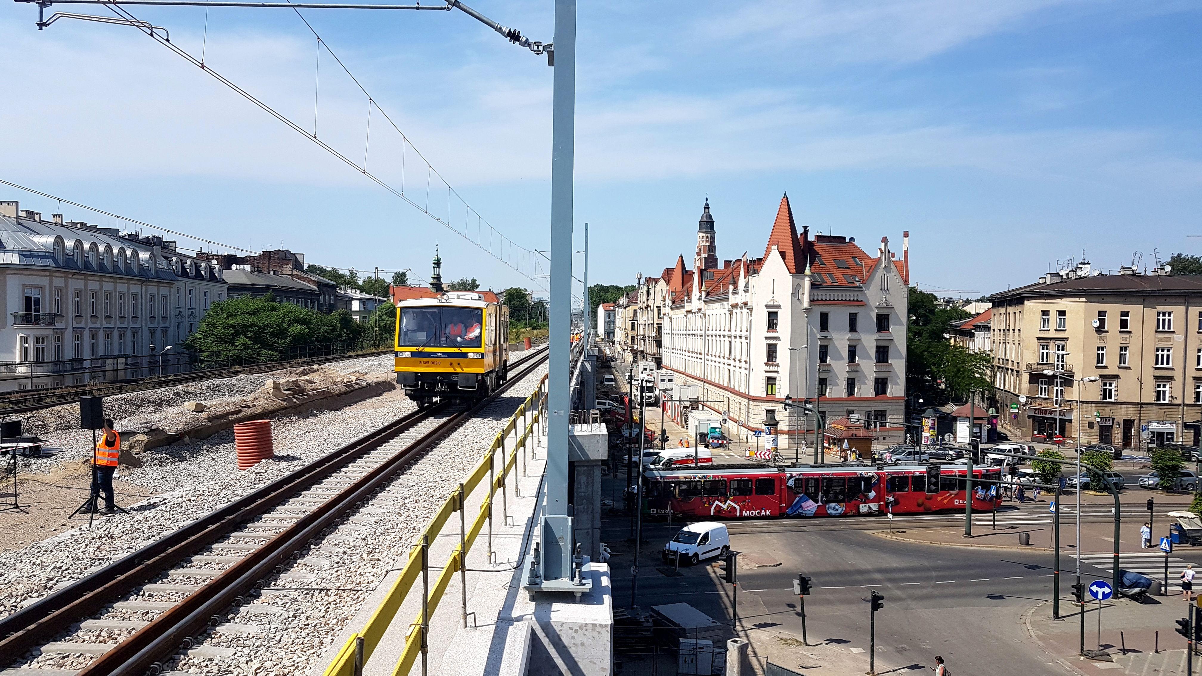 Zdjęcie drezyny jadącej po nowej estakadzie w centrum Krakowa.