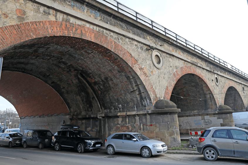 Zdjęcie wiaduktu przy ul. Grzegórzeckiej wykonane od strony ul. Dietla w Krakowie 10.02.2020. Uwaga kierowcy! zdjęcie