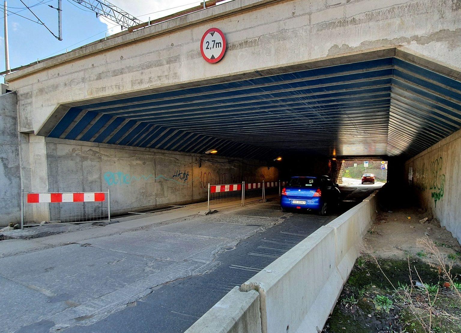 Zdjęcie 1 przedstawia aktualny widok wiaduktu nad ul. Łokietka.
