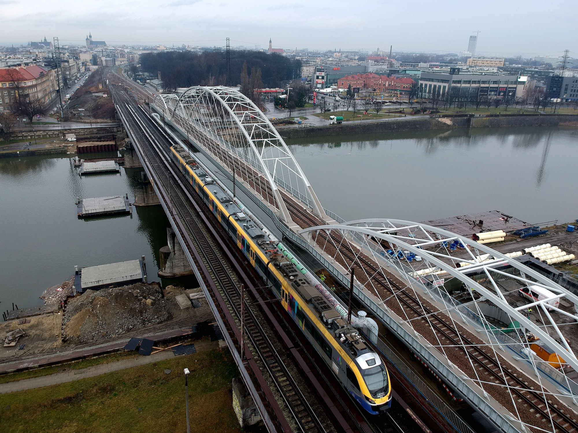 Zdjęcie starego i nowego mostu kolejowego nad Wisła wykonane z powietrza.