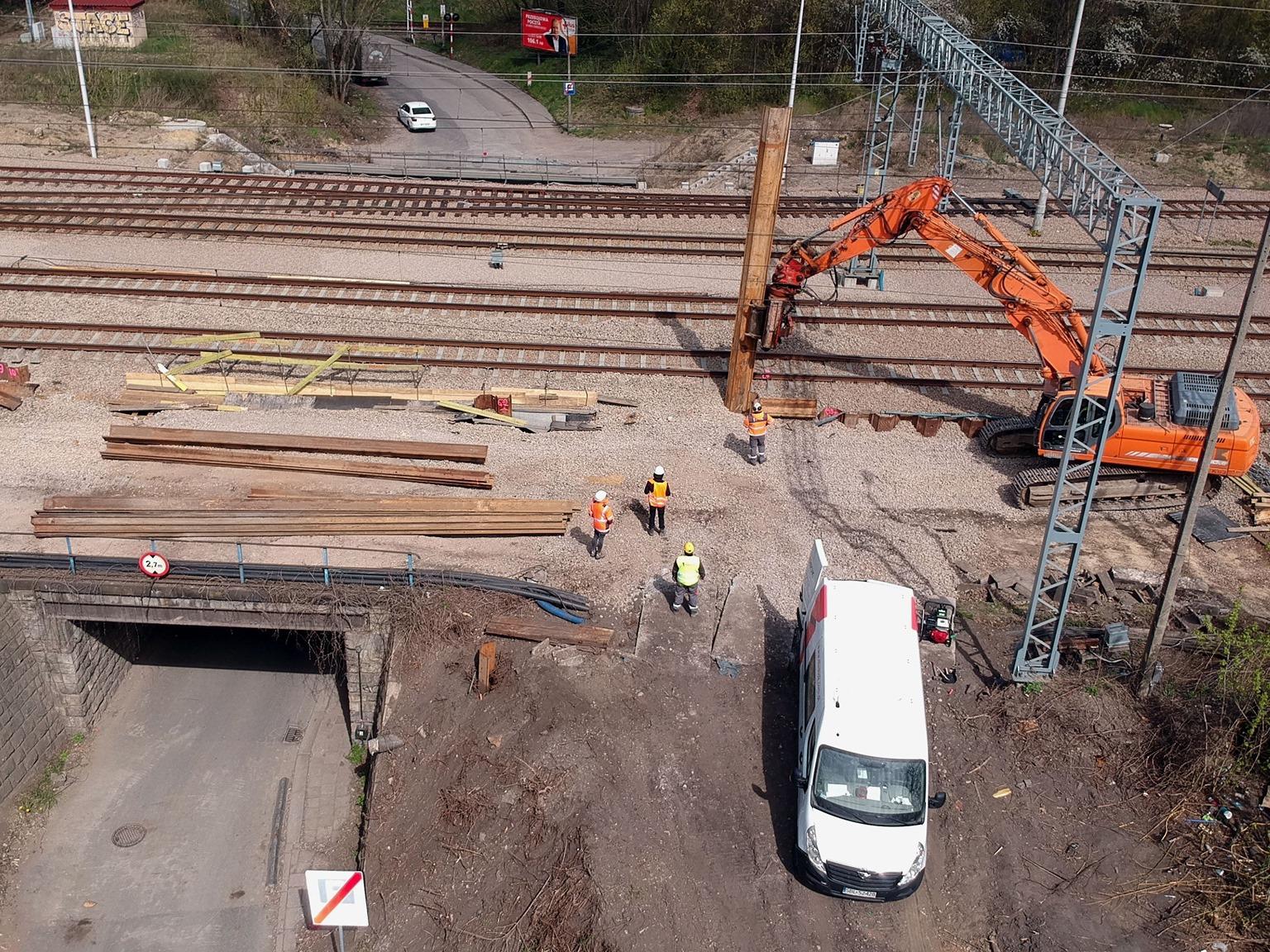 zdjęcie z powietrza przedstawiające prace modernizacyjne na wiadukcie kolejowym przy ul. Łokietka w Krakowie.