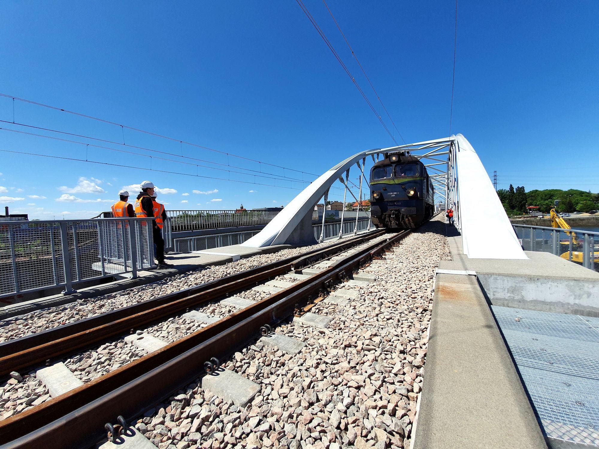 zdjęcie przedstawiące przeprowadzanie statycznych prób obciążeniowych na nowym moście kolejowym na Wiśle w Krakowie.