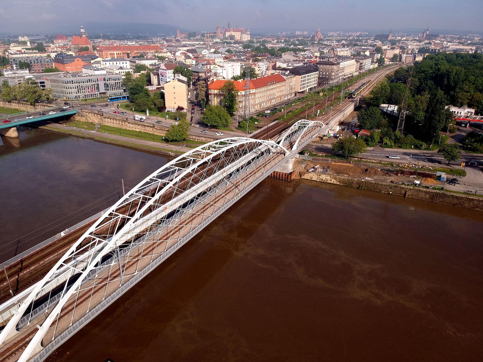Zdjęcie gotowego nowego mostu kolejowego na Wiśle w Krakowie.