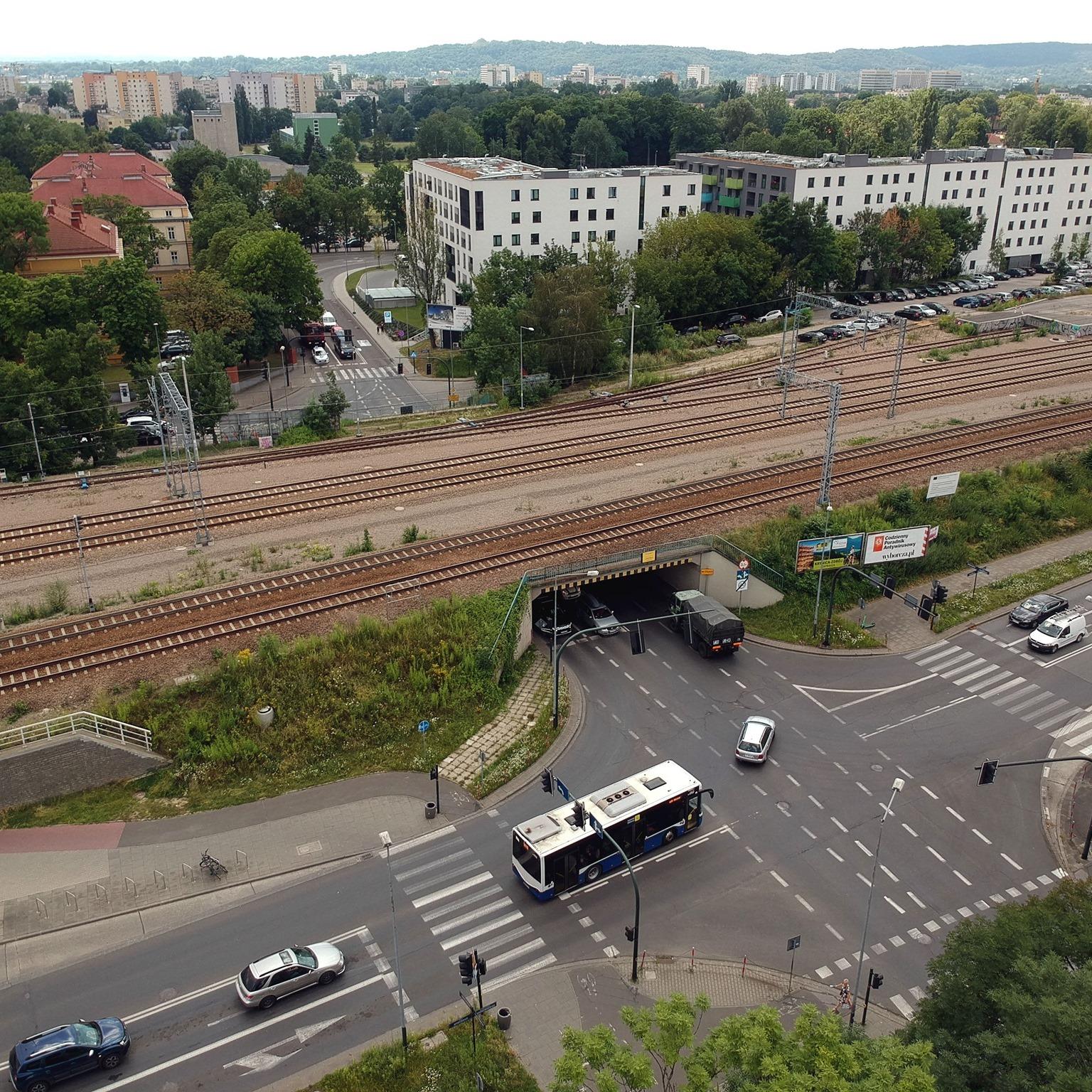 remont wiaduktu kolejowego na ul. Wrocławskiej. Zdjęcie wiaduktu kolejowego nad ul. Wrocławską w Krakowie wykonane z góry.