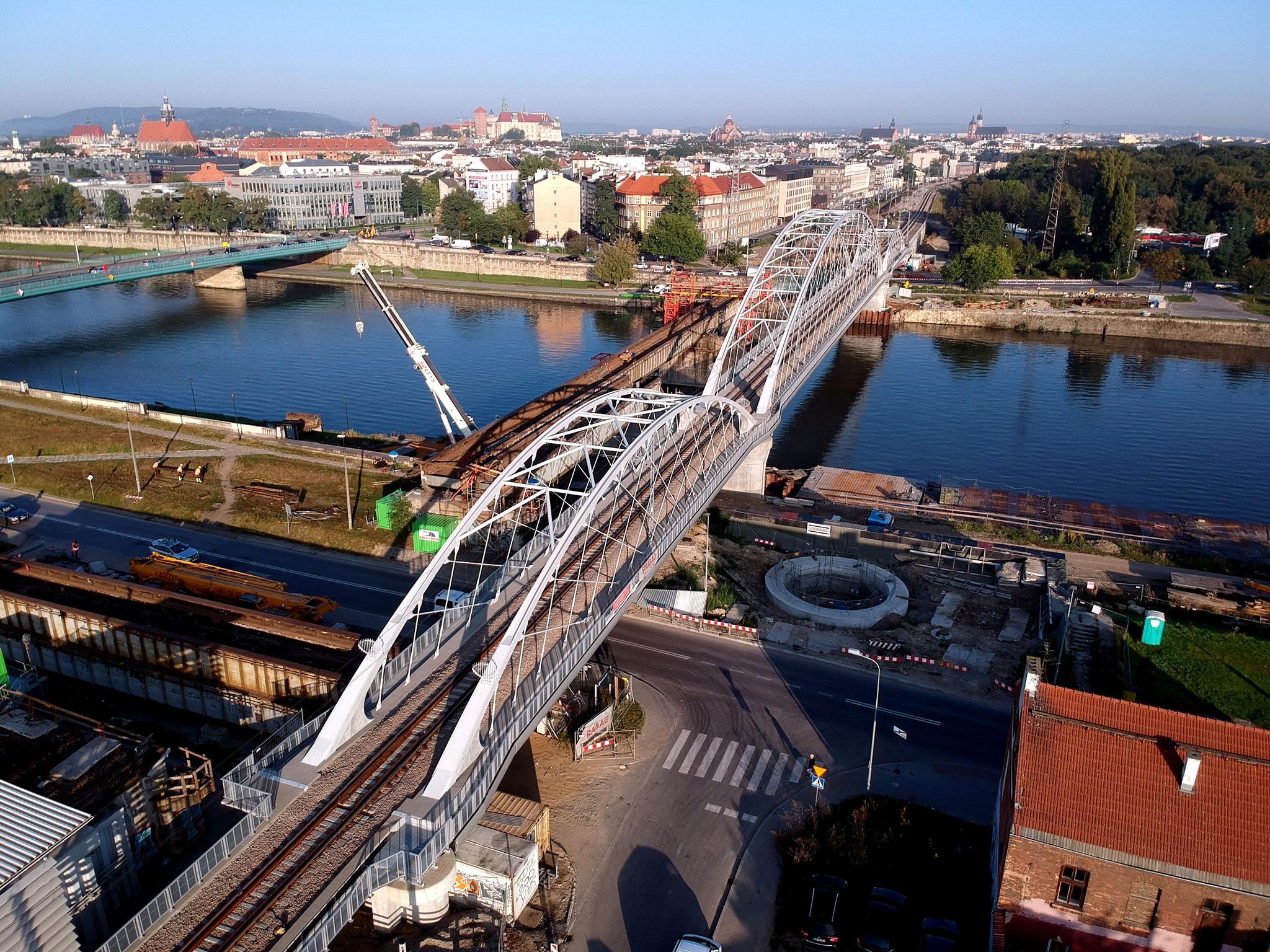 Zdjęcie z powietrza przedstawiające nowy most kolejowy na Wiśle w Krakowie