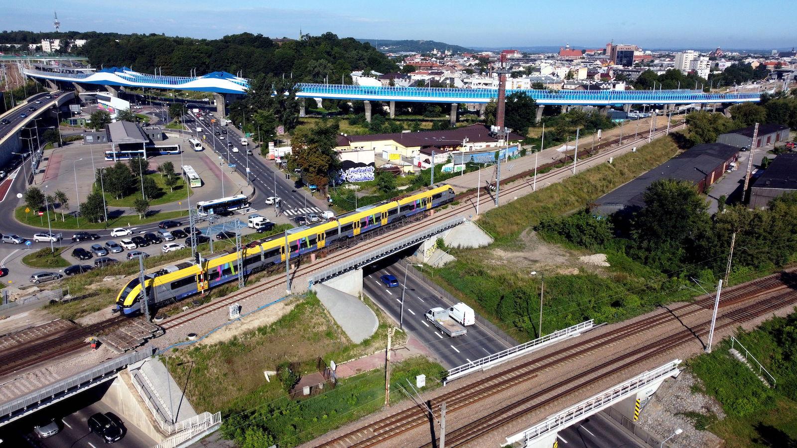 Pociąg przejeżdża przez wiadukt nad ul. Powstańców Wielkopolskich